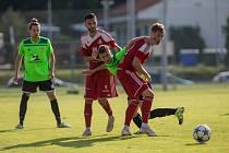 Poslední měření sil mezi fotbalisty Velkého Meziříčí (v červeném) a Nového Města přineslo divokou remízu 3:3.