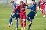 První přípravný duel v červnovém bloku sehráli fotbalisté Velkého Meziříčí (v červeném) v sobotu na hřišti Rosic.
