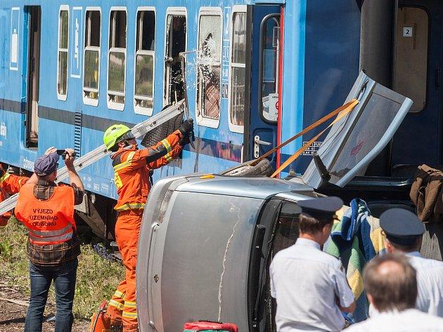 Cvičení jednotek IZS při srážce vlaku s osobním automobilem v Sázavě na Žďársku.