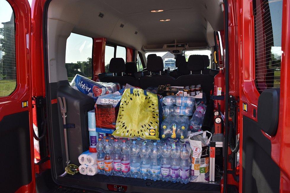 Pomáhají hasiči, záchranáři i dobrovolníci.