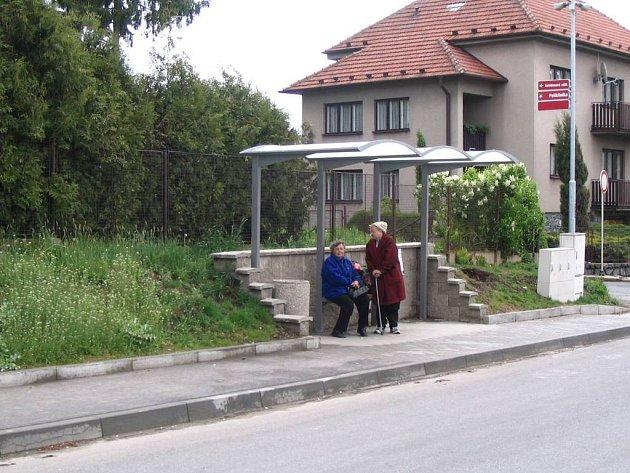 Zastávky dostanou střechu. Další stanice autobusů městské dopravy v Bystřici nad Pernštejnem poskytnou cestujícím úkryt před deštěm. Letos se zastřeší zastávka u domu s pečovatelskou službou a před gymnáziem.