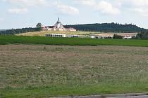 Obyvatelé budoucí Hrnčířské ulice budou mít výhled na dominantu Žďáru kostel svatého Jana Nepomuckého na Zelené hoře.
