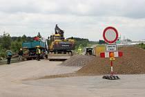 Provoz u železničního přejezdu ve Žďáře nad Sázavou směrem na Jámy komplikuje stavba přeložky silnice I/19.