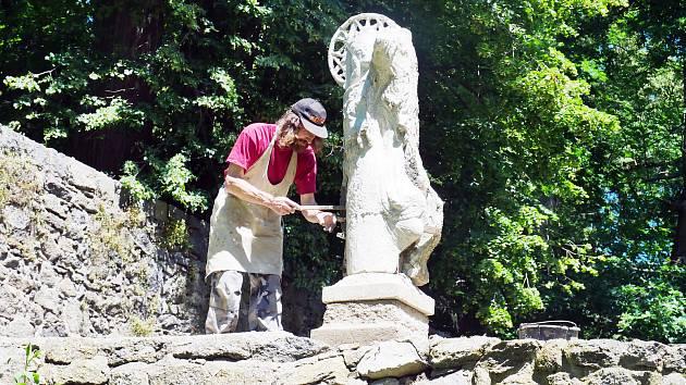 Areál velkomeziříčského zámku má novou sochu. Je pod ochranou Jana Nepomuckého