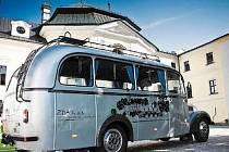 Letní sezonu by na Žďársku měly ozvláštnit historické autobusy v majetku firmy ZDAR. Společnost chce organizovat pravidelné výlety, různé okružní a výletní jízdy. Na snímku je Praga RND s rokem výroby 1947, který již ZDAR provozuje.
