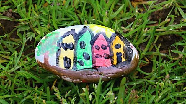 Malované kamínky dělají radost a přinášejí peníze potřebným