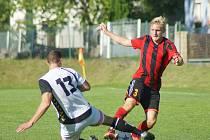 Z utkání druhého kola I. A třídy - skupiny B mezi Moravcem (v červenočerném) a hostujícím Jemnickem odešel nováček druhé nejvyšší krajské soutěže se smolnou porážkou 1:2.