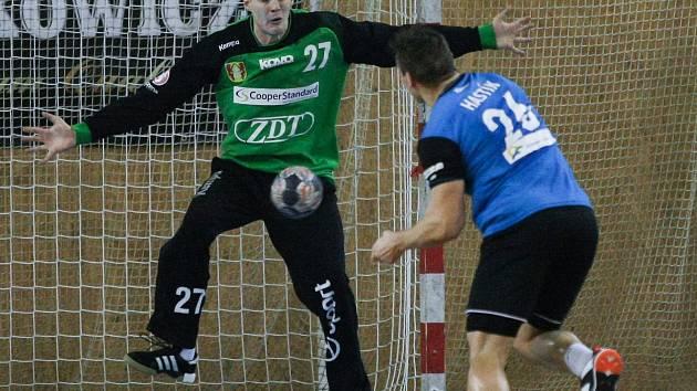 Házenkáři Nového Veselí (v zeleném gólman Vít Schams) prohráli v Kopřivnici o sedm branek.