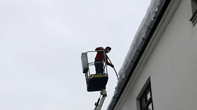 Padající sníh a led ze střech ohrožuje především chodce