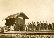 Čekání na slavnostní vlak v Hamrech.