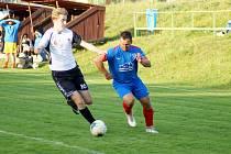 Fotbalisté Radešínské Svratky (v modrém dresu klubová legenda Miloš Šoustar) podlehli v domácím přípravném duelu Rozsochám vysoko 1:5.