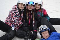 Žáci Základní školy Švermova ve Žďáře jezdí každoročně do lyžařského areálu ve Svratce na lyžařský výcvikový kurz. Naučí se lyžovat i stmelí kolektiv.