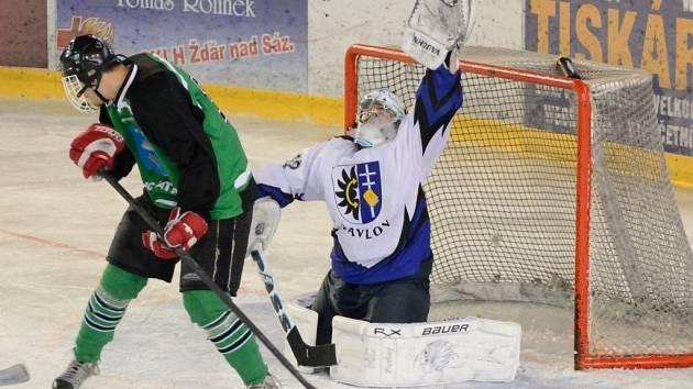 Hokejisty Pavlova podržel proti Vatínu brankář Pavel Černý, jenž pustil za svá záda jen střelu Karla Sobotky.