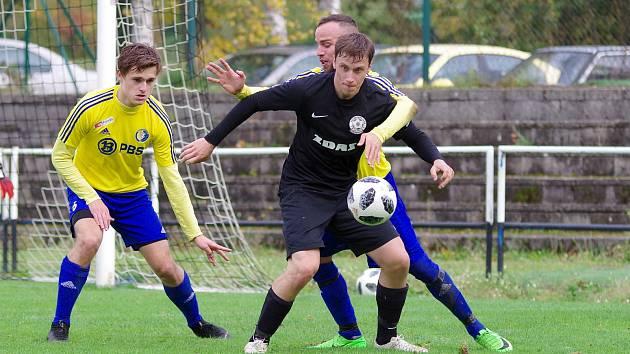 V podzimním vzájemném souboji se fotbalisté Žďáru nad Sázavou (v černém) radovali z vítězství 2:0 nad hostující Velkou Bíteší.