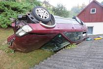 Opilý řidič havaroval, spadl s vozidlem ze svahu na střechu garáže