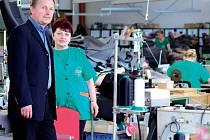 Ředitel DUP Miroslav Kerouš v provozu podniku. Ten v současnosti exportuje především na západní trhy, do Německa. Vedle toho se však snaží stále udržet rovněž postsovětský trh, hlavně Ukrajinu, kde má firma poměrně významného partnera.