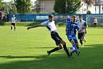 Juniorka Nového Města (v bílých dresech) opět zvítězila, Moravec (v modrém) přišel v Počítkách o bod v poslední minutě.