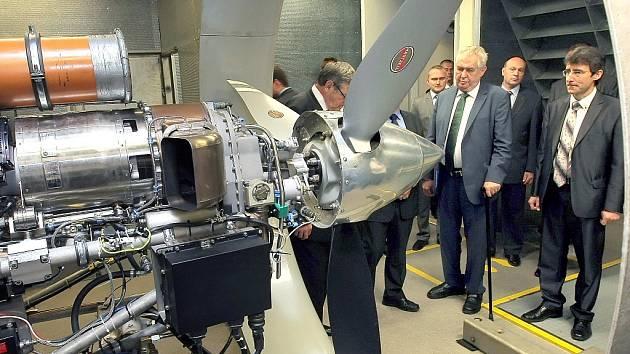 Prohlídka zkušebny leteckých motorů v PBS, vpravo ředitel podniku Milan Macholán.