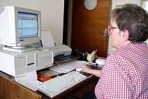 Alena Albrechtová tvoří stránky Klubu seniorů doma. Stálé místo s připojením k internetu novoměstští senioři nemají.