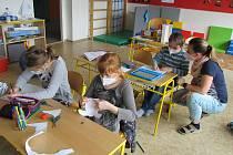 O děti zaměstnanců klíčových profesí se starají ve škole ve Strážku.