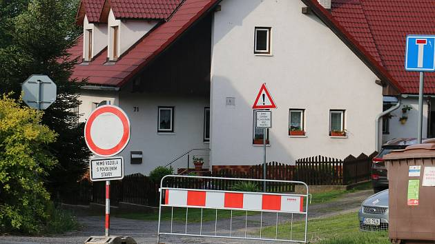 Návštěvníci ani sportovní týmy ubytovaní v okolních penzionech se nedostanou spojovací silnicí z Rokytna k Vysočina Areně. Kvůli stavbě nové kanalizace je uzavřena.