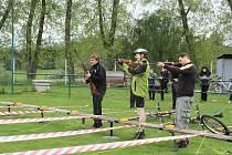 Sportovní nadšenci z Jívovské ligy vymysleli nové sportovní odvětví – kolaton, kombinaci jízdy na kole a střelby na terče.