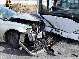 Nehoda osobního vozu s autobusem