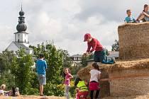Ilustrační foto. Bludiště ze slámy z autorské dílny sochaře a malíře Michala Olšiaka je nově postavené na Farských humnech ve Žďáře nad Sázavou.
