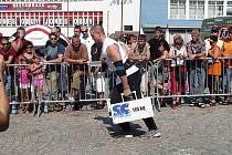 Strongmani na náměstí ve Žďáře