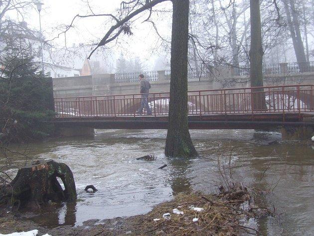 Rozvodněný Stržský potok ve Žďáru nad Sázavou.