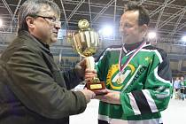 Kapitán Bohdalce v březnu převzal z rukou šéfa Vesnické hokejové ligy Karla Daniela pohár pro vítěze 16. ročníku. O dva měsíce později se jedná o tom, zda bude VHL na žďárském zimním stadionu vůbec pokračovat.