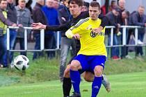 V podzimním vzájemném souboji mezi fotbalisty Velké Bíteše (ve žlutých dresech) a Žďáru (v černém) se zrodil nerozhodný výsledek 1:1.