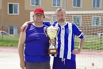 Takto v červnu předával Martin Němec (vlevo) vítězný pohár Žďárské ligy kapitánovi Benjaminu Jiřímu Lacinovi.
