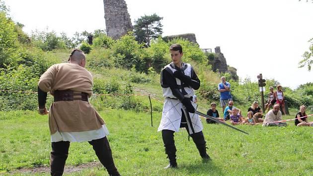 V sobotu pro veřejnost začal dvoudenní Festival historického šermu, hudby a tance pod zříceninou hradu Zubštejn v Pivonicích, místní části Bystřice nad Pernštejnem.