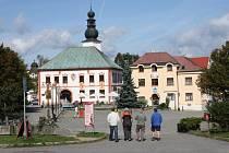 Žďárské náměstí se Starou radnicí.