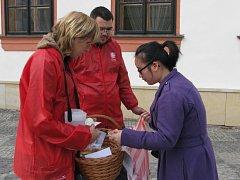 Lidé si ve Žďáře opět mohou koupit od pracovníků charity koláče.