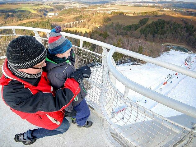 Po 160 schodech šplhá na 36 metrů vysokou rozhlednu pestrá skladba lidí od turistů a rodičů s dětmi až po svatebčany.