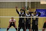 Volejbalistům Velkého Meziříčí (v černobílém se žlutými čísly na dresech) se o uplynulém víkendu nedařilo.