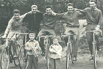 Členové žďárského cyklistického oddílu na 1. máje 1963 – zleva L. Lacina, M. Pacner,  M. Smejkal, J. Redlich a K. Mrňa, před nimi stojí bratři Štěpánkovi, Miroslav a Jiří – současný vedoucí oddílu (vpravo).