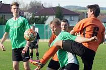 Fotbalisté Bobrové (v oranžovém) i Borů (v zeleném u míče Milan Špaček) vytěžili z páteční dohrávky 21. kola a víkendového 23. kola tři body z možných šesti.