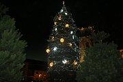 Pod rozzářeným vánočním stromem si lidé společně zazpívali koledy.