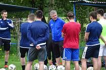První trénink s novým trenérem Pavlem Procházkou v pondělí absolvovali na tréninkovém hřišti v Radešínské Svratce fotbalisté Nového Města na Moravě.