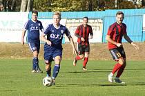 Zatímco rezerva Nového Města (v modrých dresech) si doma poradila s Rapoticemi, fotbalisté Moravce (v pruhovaném) prohráli na hřišti Koutů vysoko 0:4.