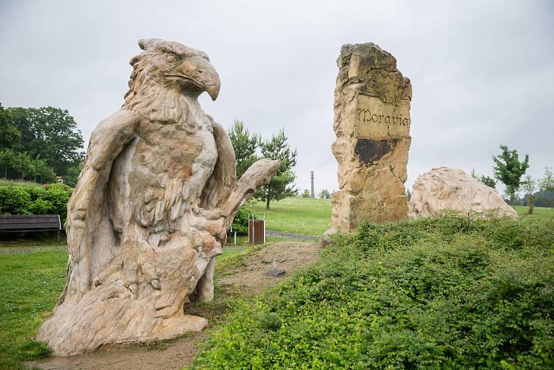 Hraniční kámen. Sousoší od Michala Olšiaka u Pilské nádrže na Žďársku.