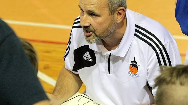 Trenér Petr Šilhart (na snímku) si mohl po víkendu oddechnout. Jeho tým, který vyhrál oba venkovní zápasy během jediného výjezdu po dvou a půl letech, se dotáhl na ostatní soupeře.