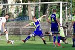 Ačkoliv hráči Žďáru (v bílém) doma v neděli vstřelili Tasovicím (v modrém) tři branky, odešli přesto bez bodu.