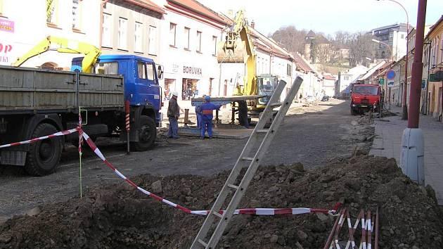 Nové přípojky ke kanalizačnímu řadu si nechá udělat jen pětina majitelů domů v Novosadech.