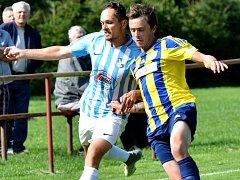 Fotbalisté Herálce (v modrobílém) v neděli na domácí půdě zdolali Leštinu vysoko 5:1.