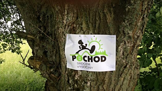 Cedule, které organizátoři pochodu umístili v přírodě kvůli lepší orientaci účastníků, ještě nikdo neuklidil.