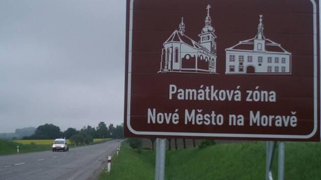 Ve směru od Škrdlovic do Žďáru míjí řidiči hnědou značku upozorňující na Památkovou zónu Nové Město na Moravě. Nejde o omyl. Cedule je tam umístěna záměrně.